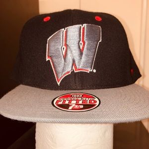 UNIVERSITY OF WISCONSIN MENS fitted ball cap